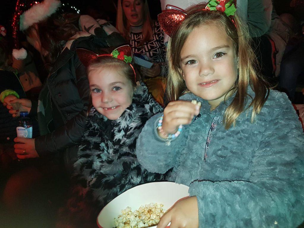 Deze twee nichtjes genieten ook van tijd samen. Het kerst circus en daarna het logeerpartijtje is weer een groot feest.