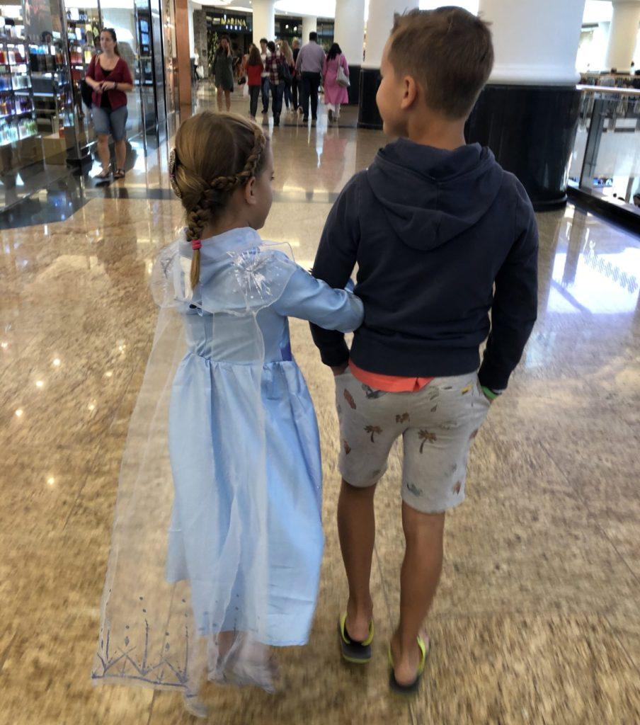 Op weg naar Frozen II. Nomi kon niet wachten en de traditie samen met Mariska en Liek werd in Dubai gewoon voortgezet.