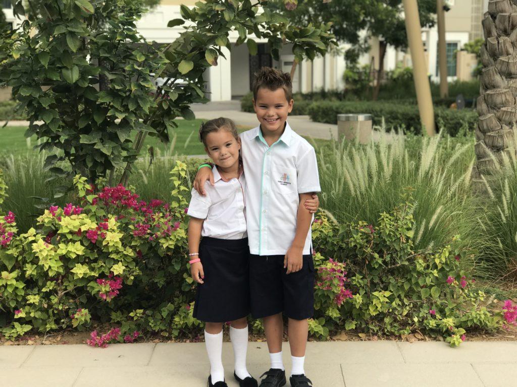 De eerste schooldag en Kyan en Nomi hebben hun uniform weer aan