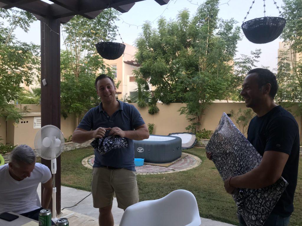 Bijna echt jarig dus tijd voor een feestje. Wat zijn we bevoorrecht dat we nu al fijne mensen hebben om dat mee te vieren hier in Dubai