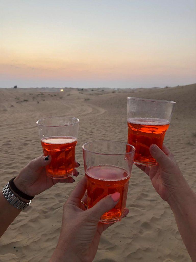 Proosten op het goede leven met vrienden in Dubai