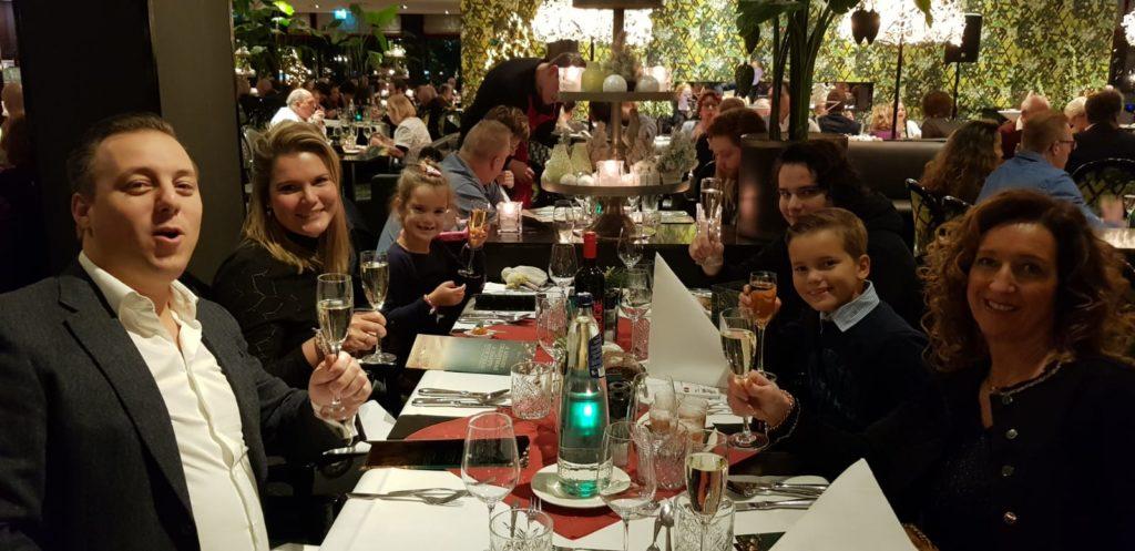 1e Kerstdag en we gaan lekker eten met leuke mensen. Charl, Jeanet en Jason nogmaals bedankt voor de leuke avond. En zoals jullie van ons gewend zijn worden we weer als laatste eruit gezet. Oeps!