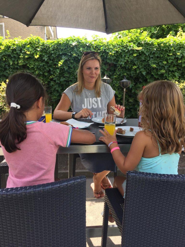 Broodje frikandel en kroket voor afscheid in Nederland