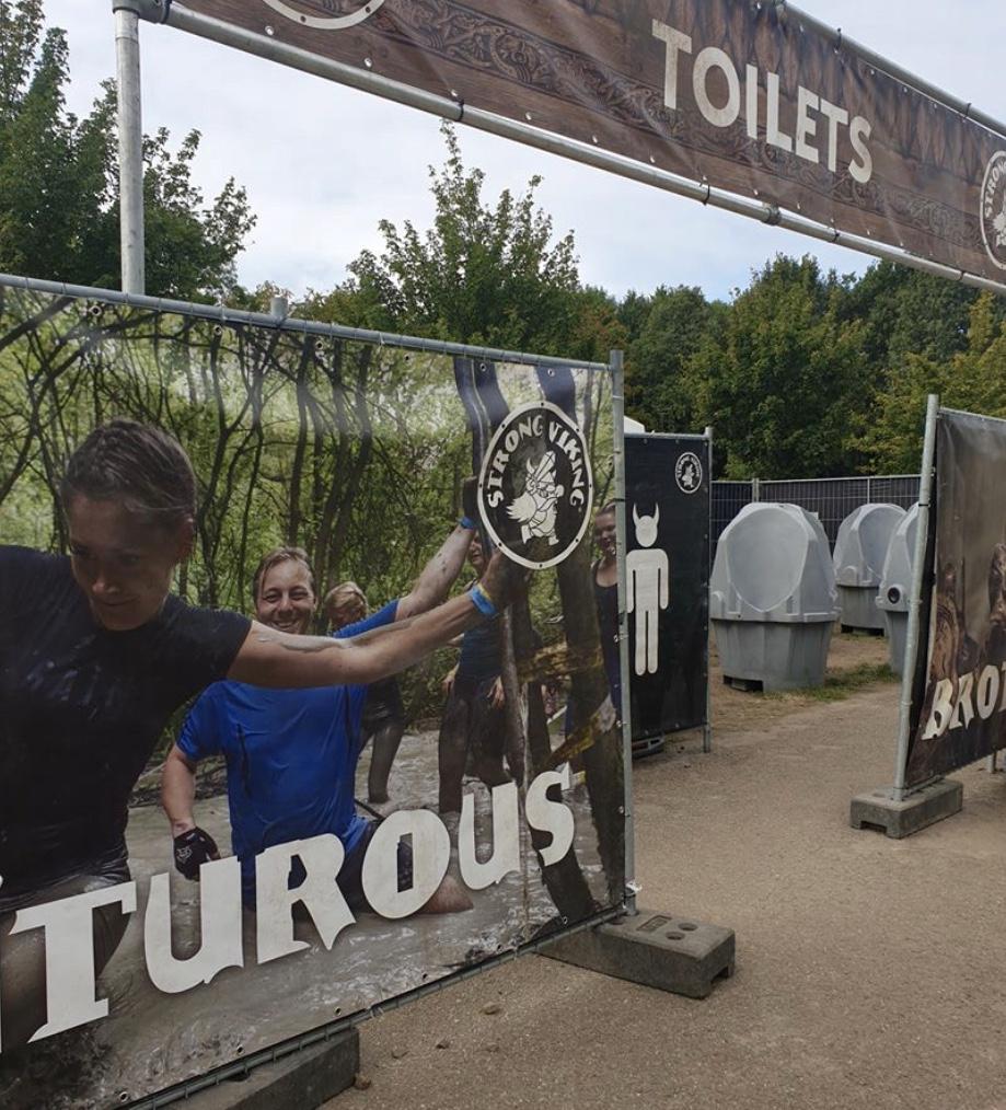 Terwijl de Strong Viking kids run in Nederland bezig is krijgen we deze foto. Ook dit jaar zijn Mels en ik erbij. Jammer dat het bij de toiletten is, maar toch!