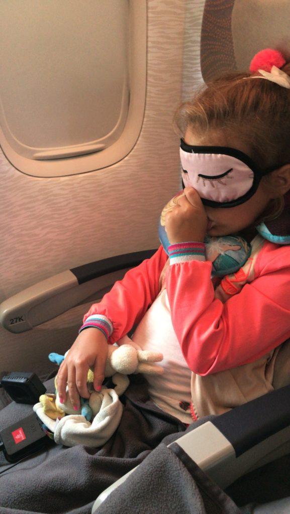 Nomi in vliegtuig