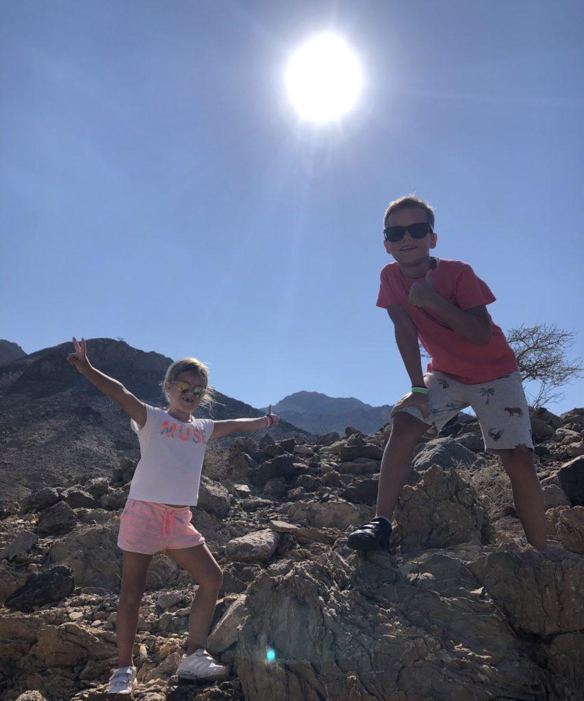 Broer en zus tijdens het hiken in Hatta met Mariska en Liek. Voordat ze gezellig meelopen kost even tijd. Daarna kunnen ze nog lachen dus zal het allemaal wel meegevallen zijn dat lopen.