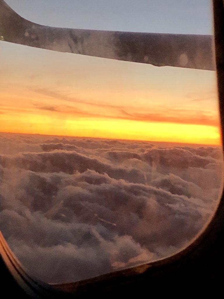 We beginnen met een prachtig uitzicht uit het vliegtuig. Onze kids weten pas net dat we naar Nederland gaan en dat het nog even een verrassing moet blijven voor Jason en Margot. Want die gaan we verrassen op hun feestje. Wat vinden ze het leuk. Voor diegene die de reactie nog niet hebben gezien op facebook staat een filmpje.