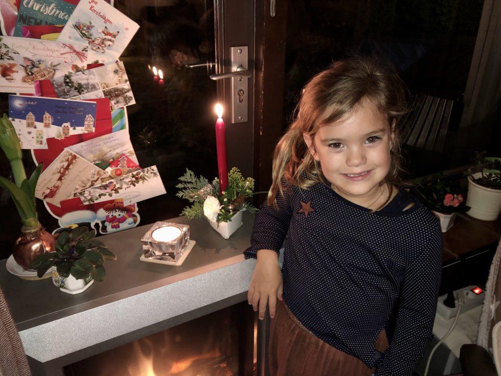 En deze moet natuurlijk wel even op de foto met het kerststukje wat ze heeft gemaakt met oma.