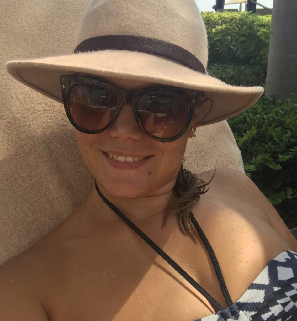 Zo zie je mij op dit moment niet zo vaak meer, maar het blijft genieten. Lekker aan het zwembad met zon. Zelfs in december!
