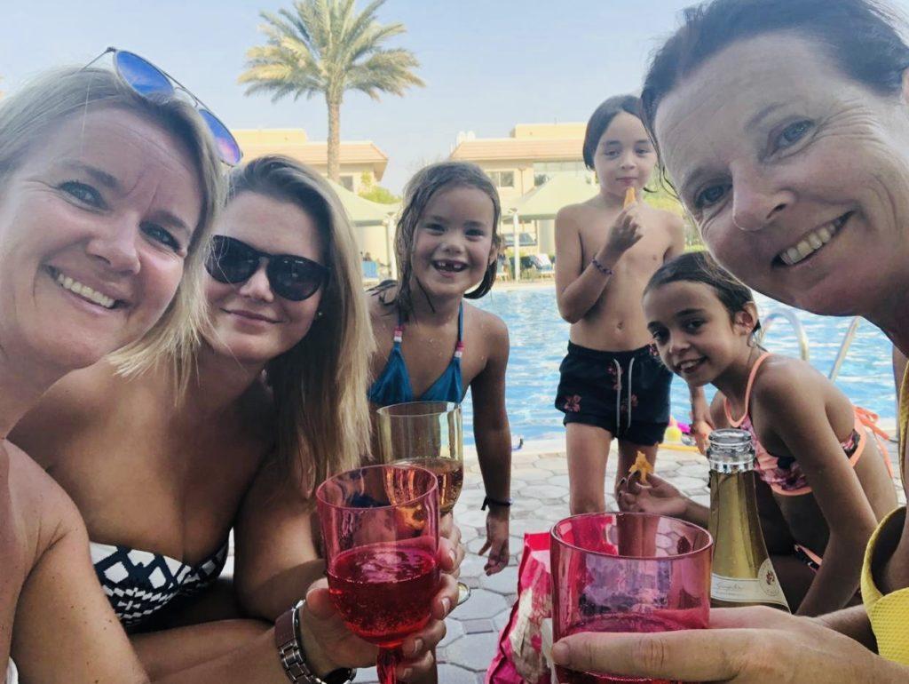 Na een eerste schoolweek is het tijd om te ontspannen. Een zwembad middagje en daarna lekker eten met iedereen. Gezellig!