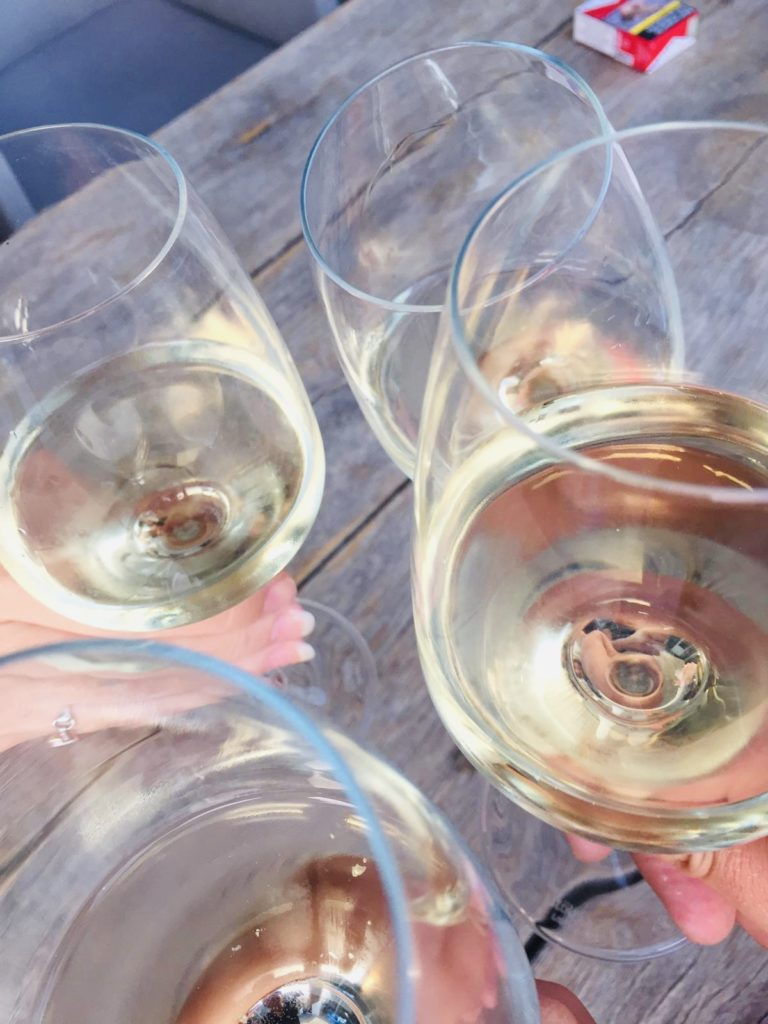 Wijntjes drinken in Nederland met vrienden