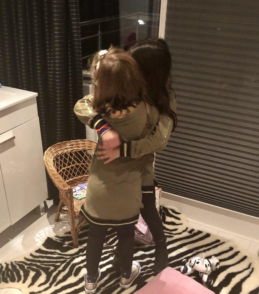 En dit is dan het resultaat als onze verrassing onthuld is. Wat een genot om te zien dat deze twee meisjes - ondanks de afstand - zulke goede vriendinnen zijn en blijven. Zoals jullie zien ook maar gelijk weer dezelfde kleren aangetrokken.